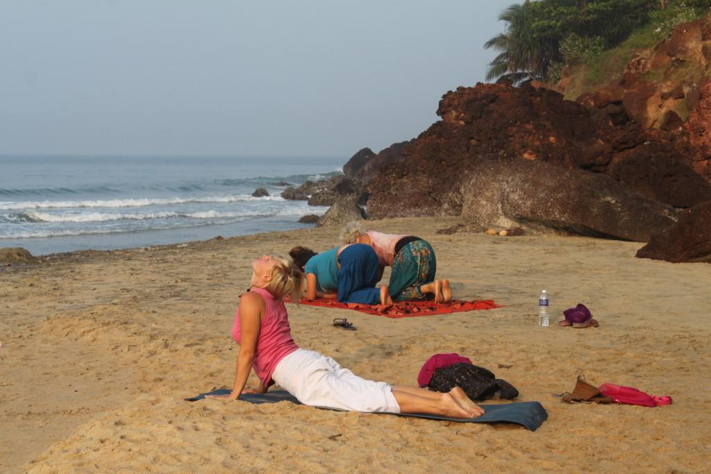 IMG_4402 Yoga på stranden Varkala Kerala.JPG bild 13